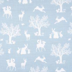 """Tkanina """"Zaczarowany las"""" w kolorze białym na niebieskim tle"""