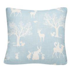 """Poduszka """"Zaczarowany las"""" w kolorze białym na niebieskim tle"""