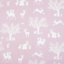 """Tkanina """"Zaczarowany las"""" w kolorze białym na różowym tle"""