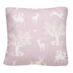 """Poduszka """"Zaczarowany las"""" w kolorze białym na różowym tle"""