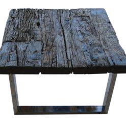 Drewniany stolik kawowy w stylu rustykalnym